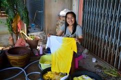 在领带蜡染布洗染的natu以后的泰国妇女洗涤和干净的衣裳 图库摄影