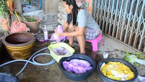 在领带蜡染布洗染以后的泰国妇女洗涤和干净的衣裳 影视素材