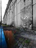 在颜色反映的老黑白色大厦 免版税库存图片