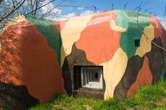 在颜色在捷克共和国的被掩没的军事碉堡 免版税库存图片