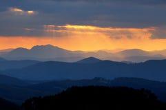 在颜色山剪影的日落 图库摄影