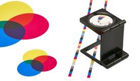 在颜色指南的放大镜 免版税库存照片