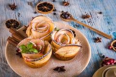在颜色板材的酥脆苹果玫瑰用几个草本和香料 库存图片