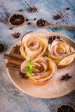 在颜色板材的酥脆苹果玫瑰用几个草本和香料 免版税图库摄影
