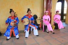 在颜色的传统越南音乐表现事件 库存图片