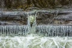 在颜色的小瀑布溢洪道 图库摄影