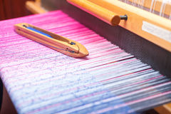 在颜色的编织的梭在织机翘曲 库存照片