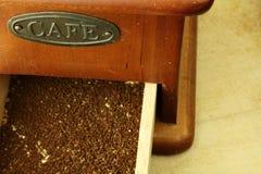 在颜色的老磨咖啡器褐色 库存照片
