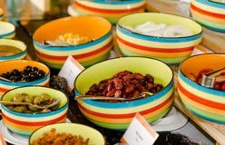 在颜色碗的豆 免版税库存照片