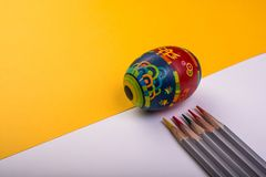 在颜色背景的复活节彩蛋 免版税库存图片