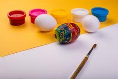 在颜色背景的复活节彩蛋 免版税库存照片