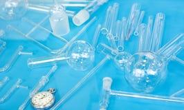 在颜色背景的实验室玻璃器皿 库存照片