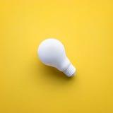 在颜色背景的白色电灯泡 想法创造性 免版税图库摄影