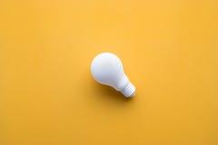 在颜色背景的白色电灯泡 想法创造性 库存照片