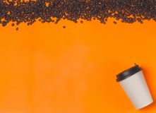 在颜色背景的纸咖啡容器 饮料杯子模板您的设计的 能投入文本、图象和商标 库存图片