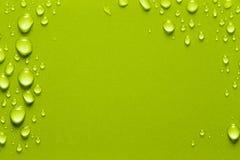 水滴在颜色背景的 浅深度的域 Se 免版税库存照片