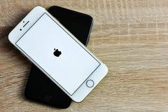 在颜色金子的苹果计算机在木背景的iPhone 7和黑色 图库摄影