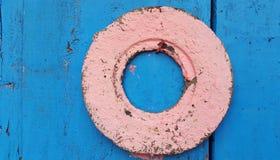 在颜色门的老锁 免版税库存图片