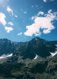 在颜色黑暗的山的照片影片在一晴天发光 免版税库存照片