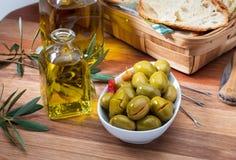 在额外处女橄榄油装于罐中的工匠橄榄 免版税图库摄影