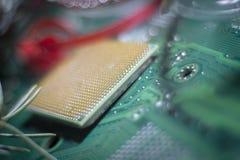 在颠倒处理器的特写镜头在电路 免版税图库摄影