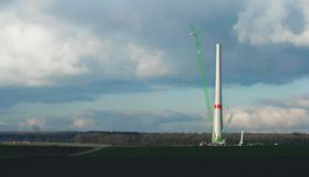 在风之下的建筑用起重机移动工厂次幂涡轮 库存照片