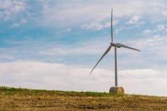 在风力场的一台风轮机 库存图片