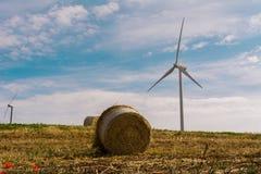 在风力场的一台风轮机 图库摄影