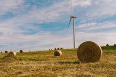 在风力场的一台风轮机 库存照片