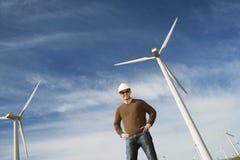 在风力场的工程师佩带的安全帽 免版税库存照片