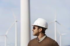 在风力场的工程师佩带的安全帽 库存照片