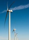 在风力场的白色风轮机全部连续 库存照片