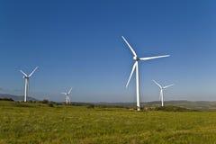 在风力场的风轮机 库存照片