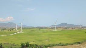 在风力驻地的空中寄生虫视图在绿色领域和山 风车涡轮,产生风力 ?? 股票录像