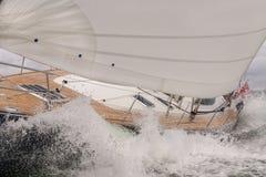 在风大浪急的海面波浪的帆船游艇 免版税库存图片