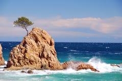 在风大浪急的海面的小岛 库存图片