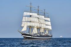 在风帆下的高船有岸的 库存照片