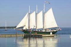 在风帆在历史的约克镇,殖民地全国历史公园,约克镇,弗吉尼亚下的Tallship 库存图片