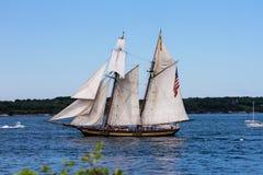 在风帆纽波特游行的HMS富饶  免版税图库摄影