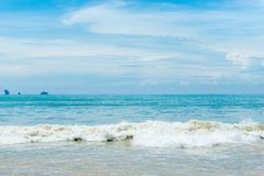 在风平浪静上的清楚的天空Krabi手段的  免版税库存图片