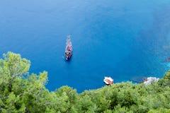 在风平浪静水的小船在土耳其的海岸附近 免版税库存图片