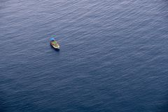 在风平浪静水的小船在土耳其的海岸附近 库存图片