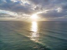 在风平浪静水的日落光芒 图库摄影