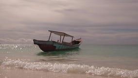 在风平浪静热带海岛上的小船 股票视频