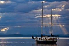 在风平浪静的一条风船黄昏的 免版税库存照片