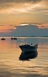 在风平浪静的小船日落的在Sithonia 免版税库存照片