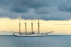 在风平浪静的白色旗舰 免版税图库摄影