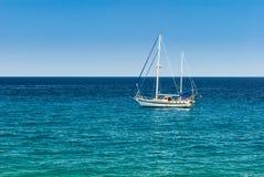 在风平浪静的航行游艇 免版税图库摄影