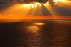 在风平浪静的金黄早晨 免版税图库摄影