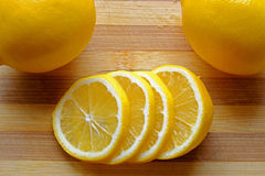 在风景切头堆积的稀薄的柠檬切片 免版税库存图片